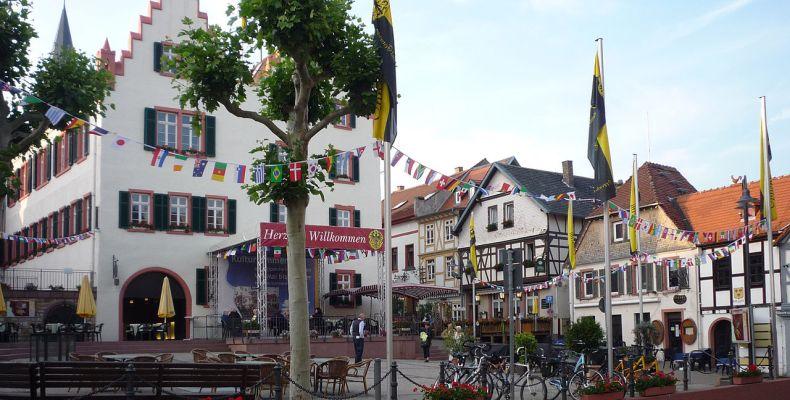 Der Oppenheimer Marktplatz mit dem historischen Rathaus. (Foto: Wikipedia/Pedelecs)