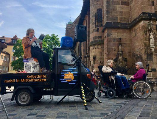 Ich und meine Progressive Muskeldystrophie: Unsere Autroin im Gespräch mit einer Frau, die ebenfalls im Rollstuhl sitzt.