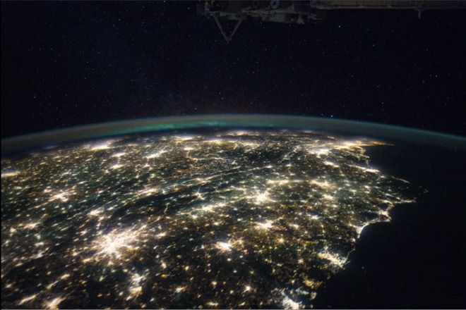 """宇宙から見た「地球」・・・""""悩むのやーめた""""レベルに美しすぎる - NAVER まとめ"""