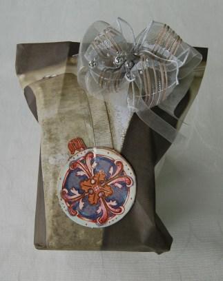 Tischset aus Zürich mit Holzfässer-Abbildungen. Schleife von einer Geschenkverpackung eines Parfüms. Anhänger aus einem Adventskalender, den ich dieses Jahr geschenkt bekam.