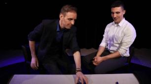 Bild 2: Perry legt seinen Stapel auf Kovics Karte, die verdeckt auf dem Tisch liegt.