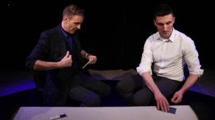 Bild 3: Nach einem Gespräch soll Kovic die Karte einstecken, Perry wirft währenddessen einen Blick auf den Stapel.