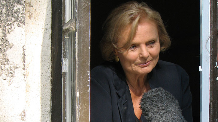Dreh auf Rügen mit Christine Neubauer: Ein Daunenmantel für die Dame in Rot
