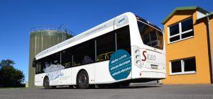 hv-elektrobus-an-der-biogasanlage-pastitz-bei-putbus