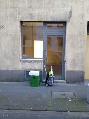 Projekt Digitalien zieht ins Saisongeschäft - zunächst mit einem Einkaufswägelchen und Kartons.