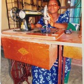 Stella und ihre Nähmaschine