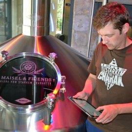 Gerald Poppinger, Brauer mit iPad. Foto: Maisel & Friends