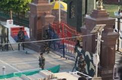 Der Zaun ist die Grenze. Dazu gab's Getanze und marschierende Soldaten.