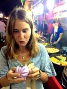 Pinker Bun mit Kokosnuss-Füllung. Ein Gesicht sagt mehr als tausend Worte.