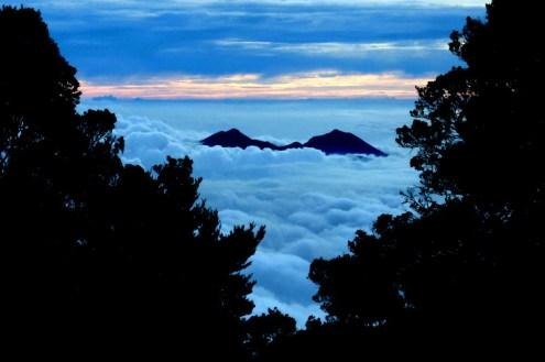 pemandangan gunung gede pangrango tampak malam
