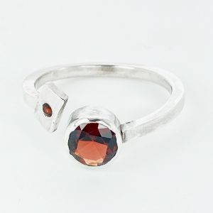 Garent ring in sterling silver with accent