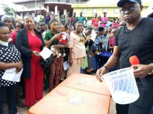 PHOTOS: Fayose Allocates Shops To Traders In Oba Market… Via Raffle Draw