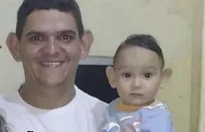 La sonrisa de un padre que no necesita una prueba de paternidad.
