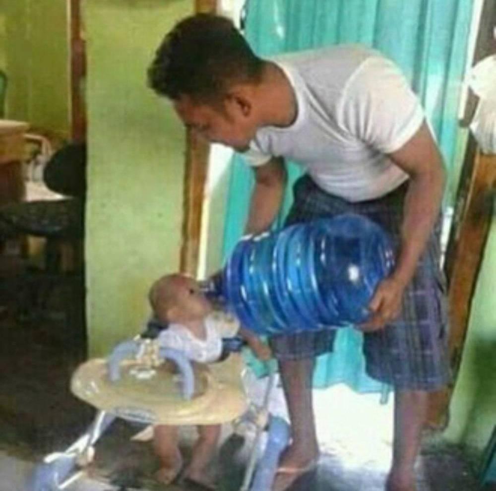 Un buen padre se asegura de que se hijo no pase sed.