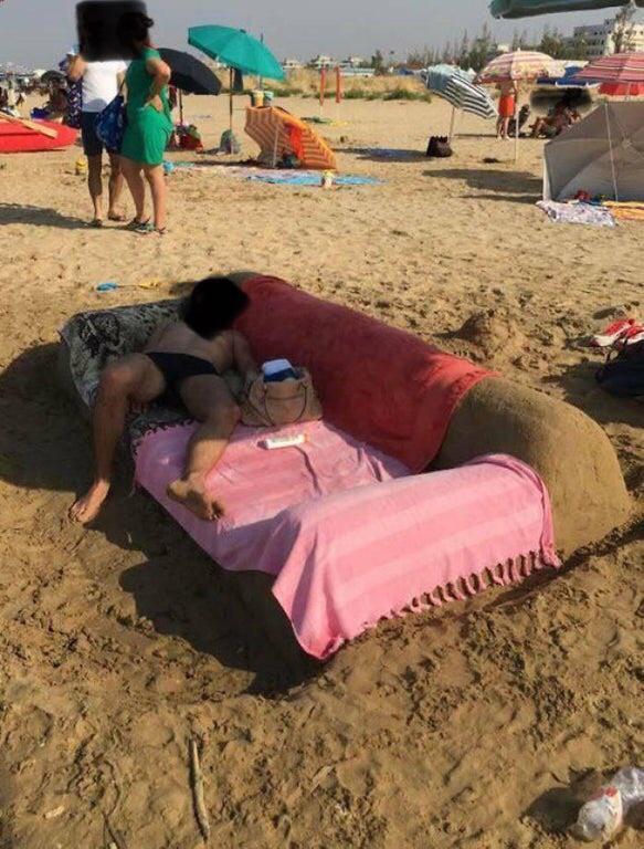 Su mujer le dijo de ir a la playa porque se pasa todo el día tirado en el sofá.