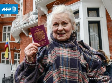 Assange Vivienne outside Embassy