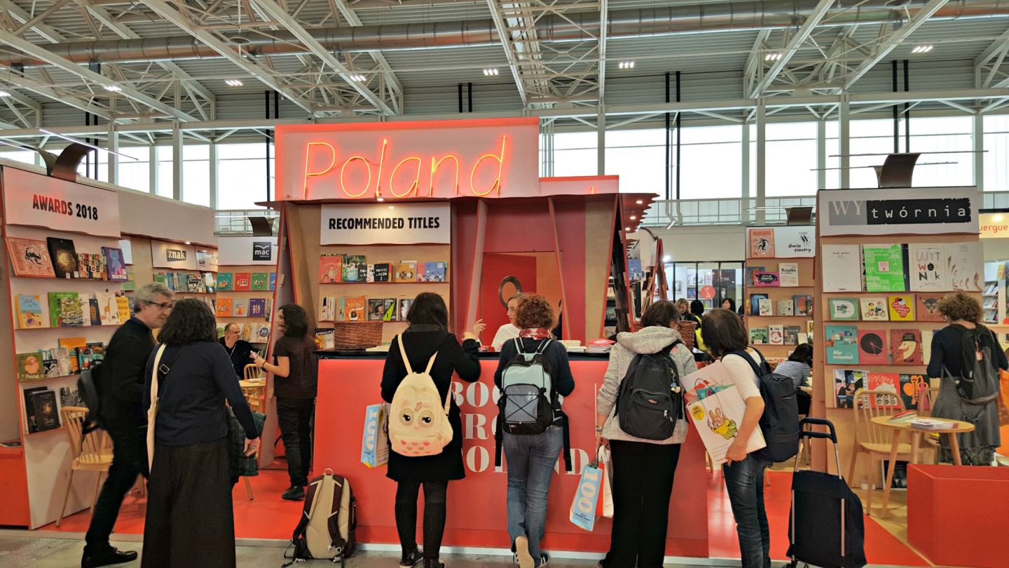 People looking at Polish Books