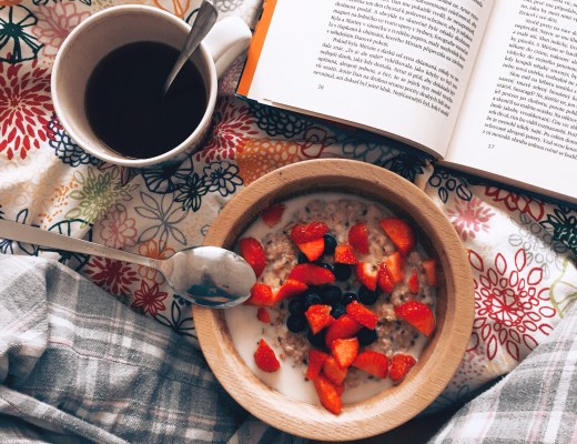 obilná kaše, čaj a kniha