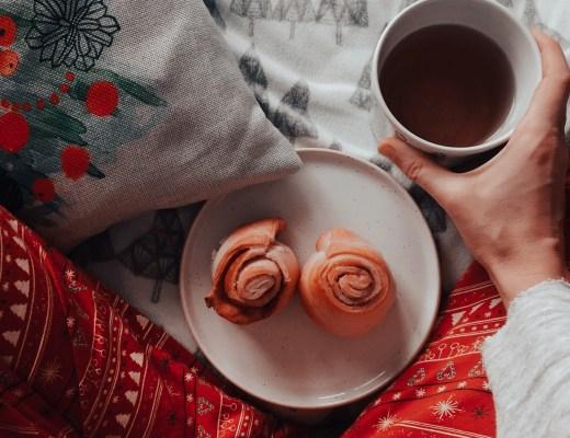 skořicový šneci a čaj