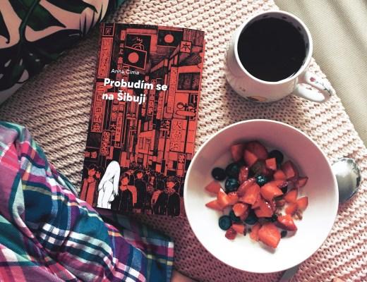 kniha, snídaně a čaj