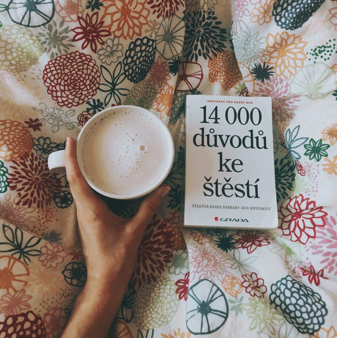 chai latté a kniha v posteli