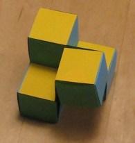 F-blokje 4 bestaat uit 5 kubusjes. De vijfde zit linksachter-onderin.