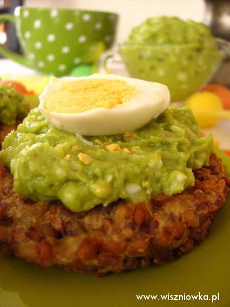 placki gryczane z pastą z avocado i jajkiem.
