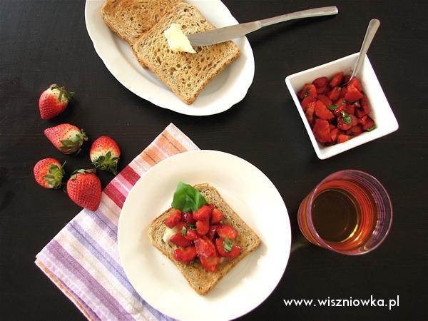 tosty z truskawkami balsamico