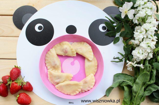 Bajka o pandzie, która zachwyciła sięsmakiem pierogów z truskawkami.