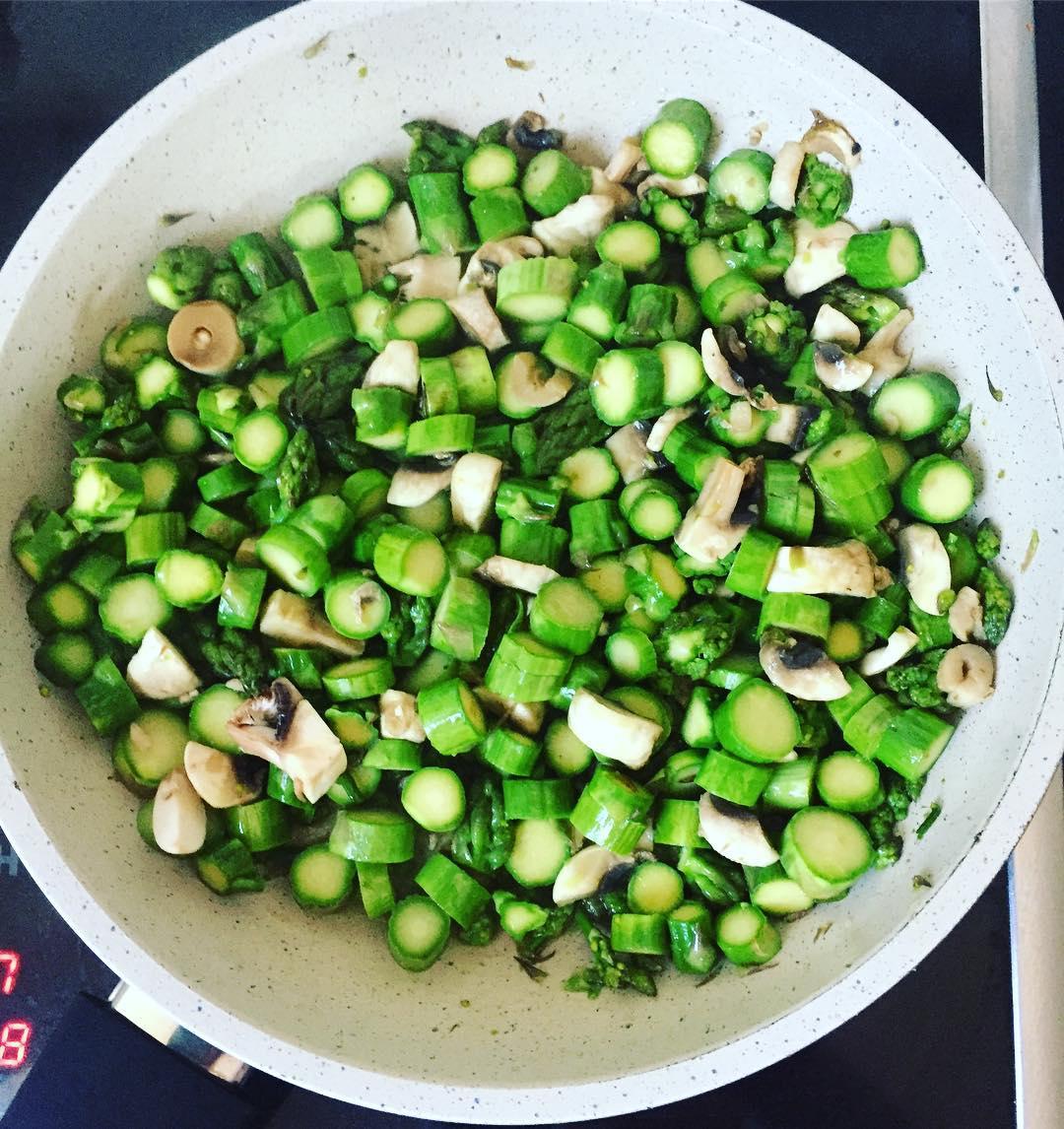Prosty przepis na zielone szparagi: Risotto szparagowo-pieczarkowe