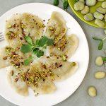 Smakowite pierogi z bobem i twarożkiem, posypane pistacjami – ale rozpusta!