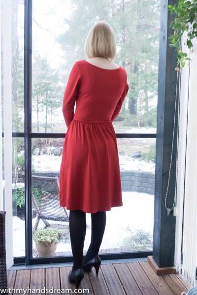 My red Moneta dress by Colette patterns, back view.