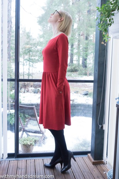 My red Moneta dress by Colette patterns, side view.