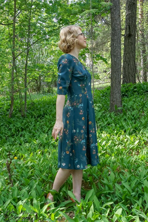 The Sew Over It 1940s tea dress from the side view.