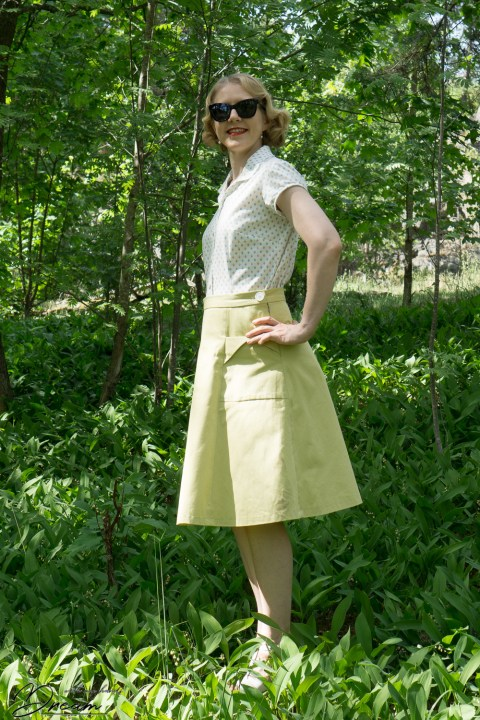 My vintage-inspired outfit: The Gertie blouse and the 1940s skirt. View from the side.