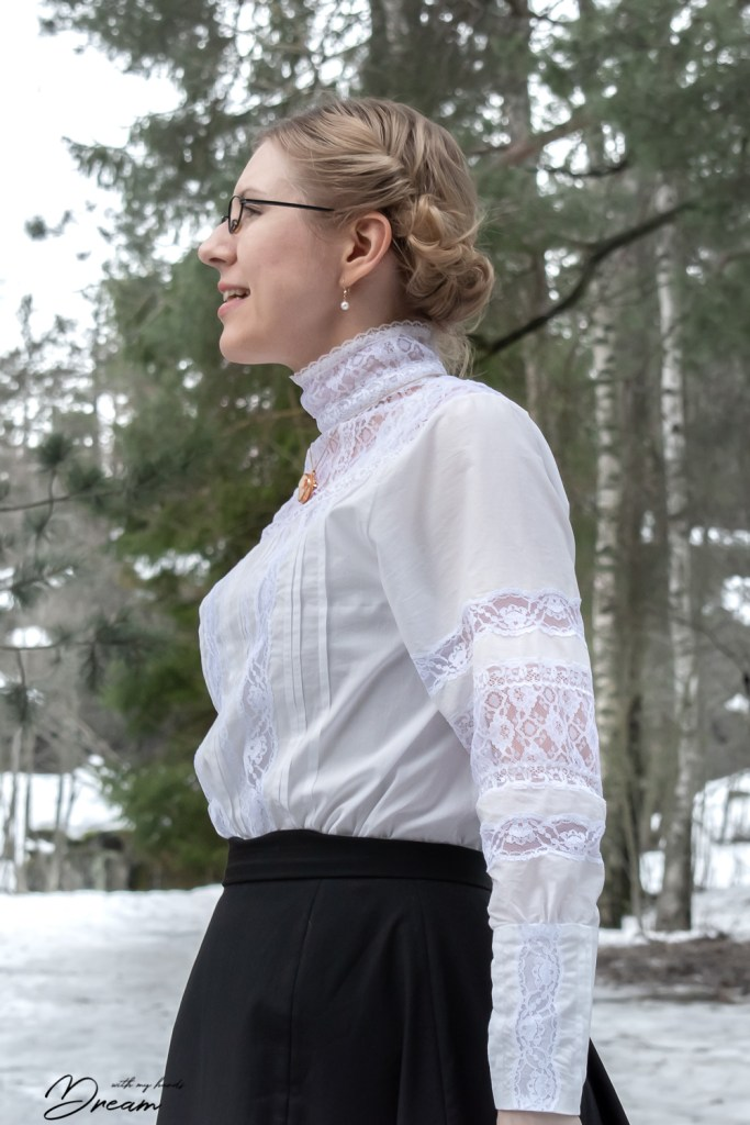 The shirtwaist blouse from the side view.