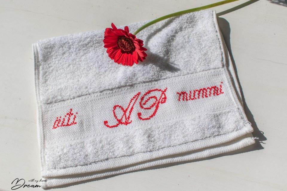 Kirjailtu pyyhe äitienpäivälahjaksi. Mother's day gift towel.