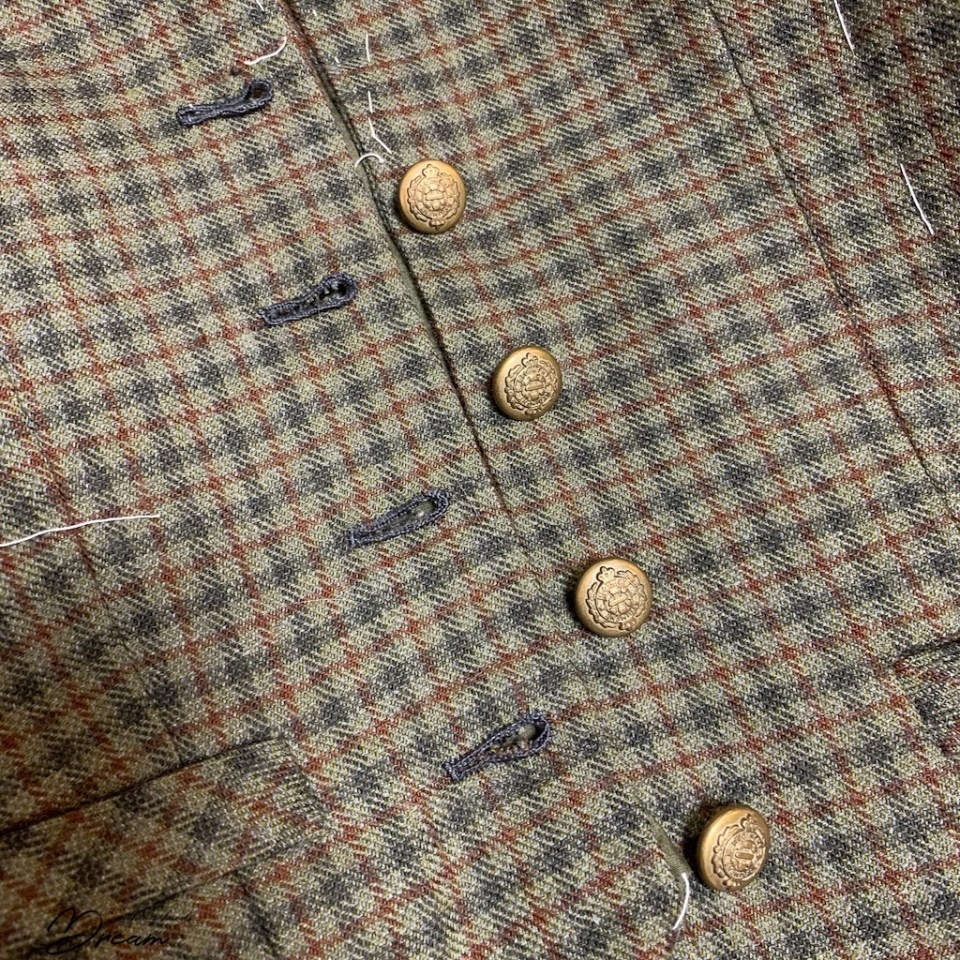 The finished buttons and the buttonholes.