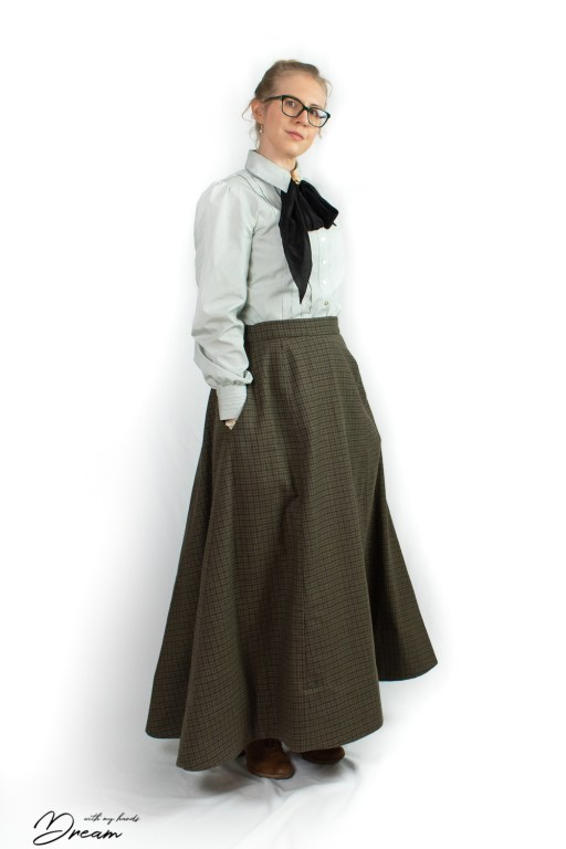 Truly Victorian 1898 walking skirt with added pockets!
