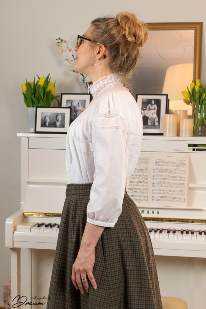 The Gibson Girl blouse, side view.