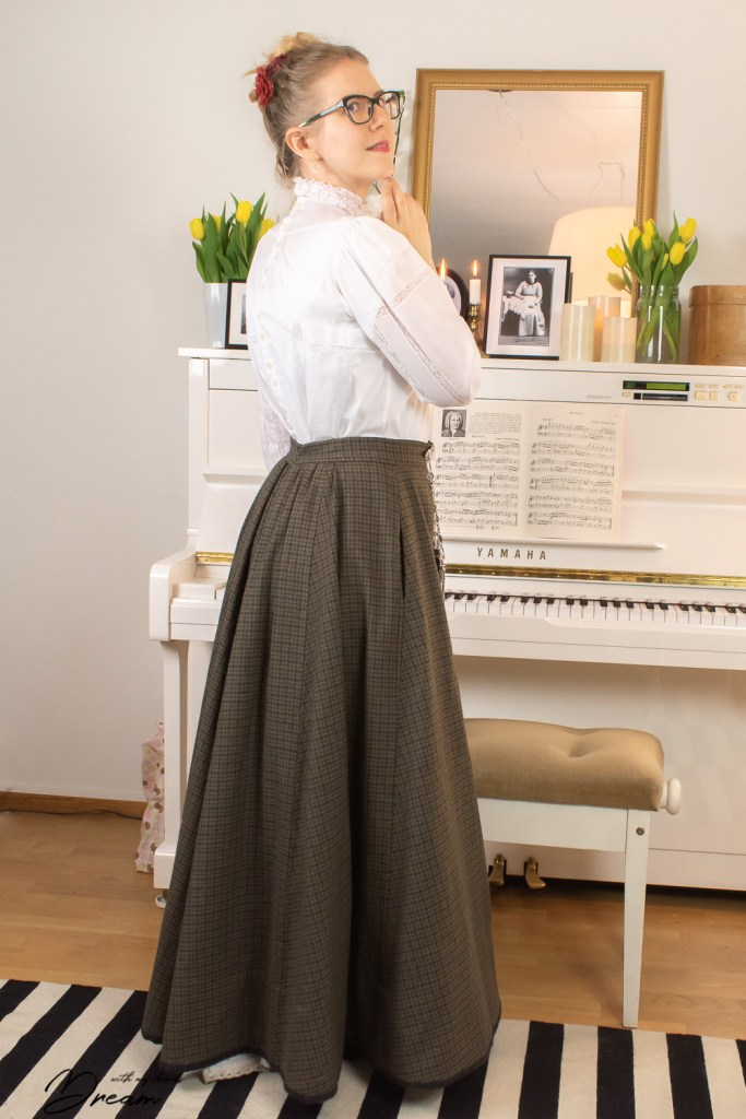 Folkwear Gibson Girl Blouse and Truly Victorian 1898 walking skirt.