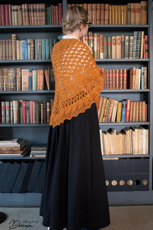 Browsing trough Saarineen's books in my new black skirt.