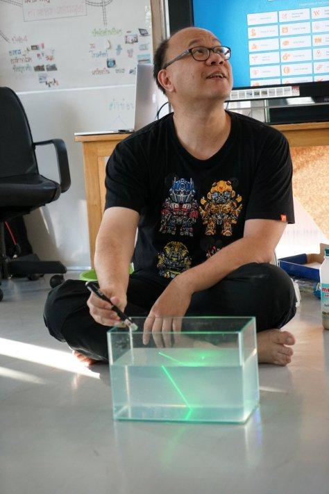 ใส่นมนิดหน่อยลงไปในน้ำ อนุภาคนมจะสะท้อนแสงให้เห็นลำแสงชัดขึ้น