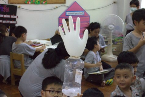 ถุงมือใส่คาร์บอนไดออกไซด์จากเบคกิ้งโซดาและน้ำส้มสายชู