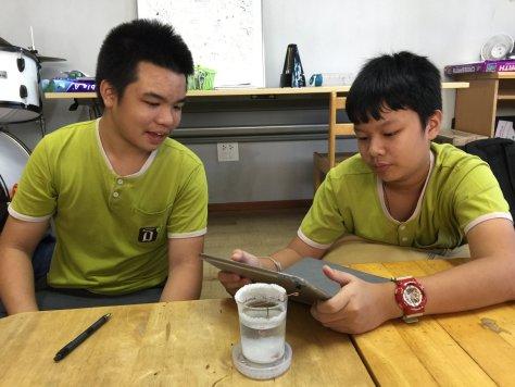 กล้องจุลทรรศน์ทำเอง ดูวิธีทำที่ http://witpoko.com/?p=3029 นะครับ