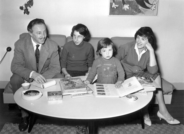 Het gezin Voeten in de woonkamer op de derde etage (1960). Rechts Marga Minco (Foto Spaarnestad Fotoarchief/AHF).