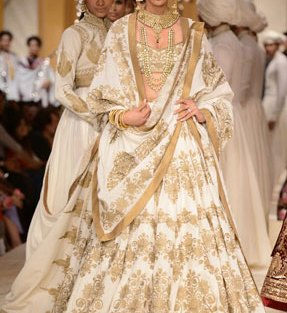 Day wedding lehenga styles | Ivory and gold bridal lehengha | Rohit Bal | Curated by Witty Vows