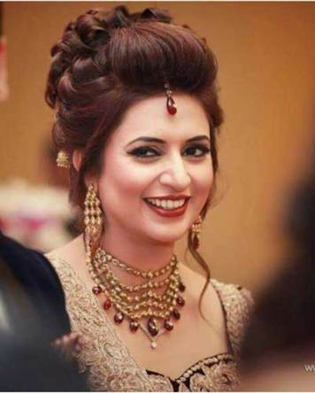 Indian wedding hairstyles for Indian Brides |Elegant loose curl updo on Divyanka Tripathi |Image source Wedding Story | Curated by Witty Vows