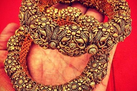 indian bride| traditional Indian jewellery| indian wedding jewellery| wed me good| indian weddings| indian brides | nath | mathapathi| polki necklace| delhi bride | bridal look| Indian Bridal Jewellery | Polki Ring | chandbala earrings | amarpali | Kaara
