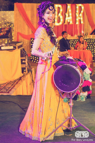 Candid bridal photo ideas | Bindaas brides | Witty Vows | photo by story weavers |Bride playing the dhol